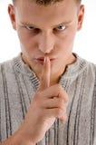 Uomo gli che insegna ad essere silenzioso Fotografie Stock Libere da Diritti