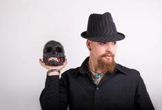 Uomo gotico con il cranio Fotografia Stock Libera da Diritti