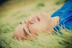 Uomo grasso che si trova sull'erba verde per rilassarsi Immagini Stock Libere da Diritti