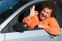 Uomo grasso divertente nell'automobile fotografie stock