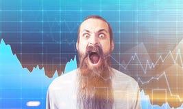 Uomo gridante vicino alla parete con i grafici, tonificati Fotografia Stock