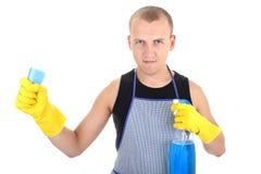 Uomo in guanti gialli che propongono con i rifornimenti di pulizia fotografia stock
