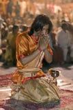 Uomo indù a cerimonia di Ganga Aarti Fotografia Stock Libera da Diritti