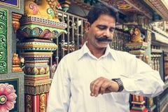 Uomo indiano al tempio variopinto Fotografia Stock