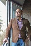 Uomo indiano allegro ed alla moda che sta vicino alla finestra Immagine Stock Libera da Diritti