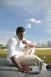 Uomo indiano asiatico che pratica il surfing il Internet senza fili Fotografia Stock Libera da Diritti