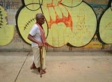 Uomo indiano che cammina a Varanasi Fotografia Stock Libera da Diritti