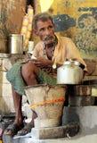 Uomo indiano che prepara masala chai Immagine Stock