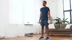 Uomo indiano che si esercita con le teste di legno a casa stock footage