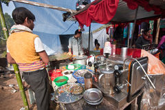 Uomo indiano che vende caffè e gli spuntini nel Nepal immagini stock libere da diritti