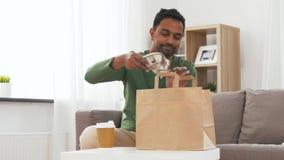Uomo indiano con caff? ed alimento asportabili a casa archivi video