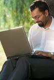 Uomo indiano con un computer portatile Immagini Stock Libere da Diritti