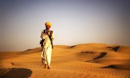 Uomo indiano indigeno che gioca concetto del deserto del tubo del vento immagini stock libere da diritti