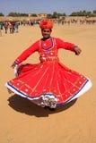 Uomo indiano nel dancing tradizionale del vestito al festival del deserto, Jais Fotografia Stock