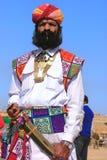 Uomo indiano in vestito tradizionale che partecipa al competi di sig. Desert fotografie stock