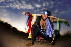 Uomo indigeno con il palo cerimoniale Fotografia Stock Libera da Diritti