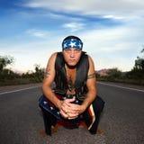 Uomo indigeno nel mezzo di una strada Fotografie Stock Libere da Diritti