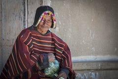 Uomo indigeno non identificato di Yampara con abbigliamento tribale tradizionale immagine stock