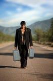 Uomo indigeno sconosciuto nel mezzo di una strada fotografie stock libere da diritti