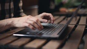 Uomo indipendente che scrive sul computer portatile video d archivio