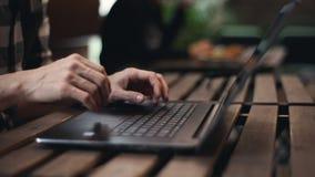 Uomo indipendente che scrive sul computer portatile stock footage