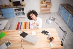 Uomo indipendente dei pantaloni a vita bassa che lavora a casa Fotografia Stock Libera da Diritti