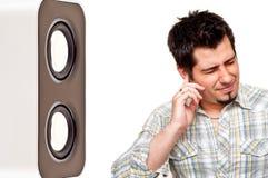 Uomo infelice che pluging il suo orecchio fotografie stock