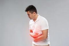 Uomo infelice che soffre dal dolore di stomaco immagini stock libere da diritti