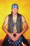 Uomo inginocchiato dell'nativo americano Immagine Stock