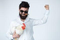 Uomo insano pazzo dentro con il pollo ed il sigaro Immagini Stock