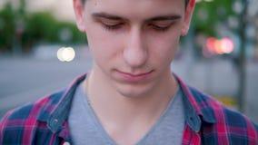 Uomo insicuro timido del ritratto di colpevolezza triste che guarda gi? video d archivio