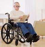 Uomo invalido in sedia a rotelle Fotografia Stock Libera da Diritti
