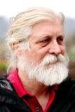 Uomo invecchiato che osserva fuori Fotografia Stock Libera da Diritti