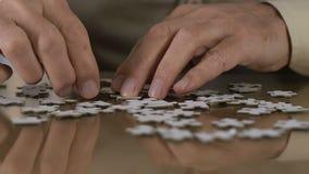 Uomo invecchiato che prova a combinare puzzle, riabilitazione, supporto di processo di pensiero stock footage