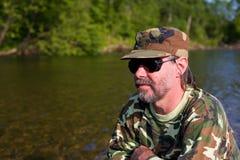 Uomo invecchiato mezzo al fiume Immagine Stock