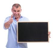 Uomo invecchiato mezzo casuale che mostra lavagna fotografie stock