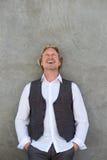 Uomo invecchiato mezzo felice che ride e che cerca Fotografia Stock