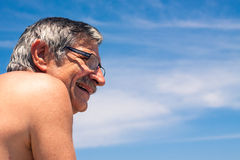Uomo invecchiato mezzo sopra cielo blu Fotografie Stock