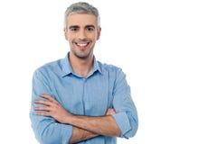 Uomo invecchiato mezzo sorridente isolato su bianco fotografia stock libera da diritti