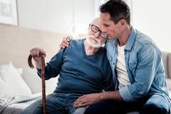 Uomo invecchiato piacevole che spende tempo con suo figlio immagine stock libera da diritti