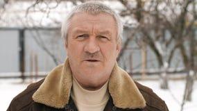 Uomo invecchiato rurale triste video d archivio