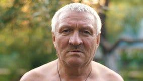 Uomo invecchiato rurale triste stock footage