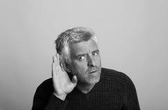 Uomo invecchiato sordo in bianco e nero fotografia stock libera da diritti