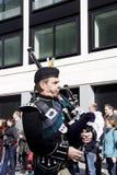 Uomo irlandese che gioca bagpipe Immagini Stock Libere da Diritti