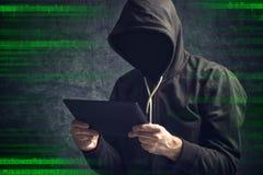 Uomo irriconoscibile anonimo con il computer digitale della compressa Fotografia Stock