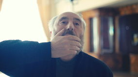 Uomo irritato anziano arrabbiato in 4K stock footage