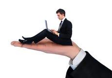 Uomo isolato di affari che per mezzo del computer Fotografia Stock Libera da Diritti