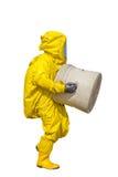 Uomo isolato nel vestito protettivo giallo del hazmat fotografie stock libere da diritti