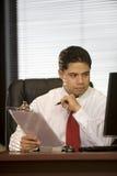 Uomo ispanico di affari nell'ufficio Fotografie Stock Libere da Diritti