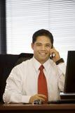 Uomo ispanico di affari sul cellulare Fotografie Stock Libere da Diritti
